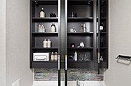 三面鏡の裏には、洗面用具などを機能的に収納できるスペースを設けました。また、扉には地震の際の安全性を高めるため、耐震ラッチを採用しました。