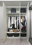 収納する衣類の長さや、物の大きさに応じて棚の位置が変更できます。