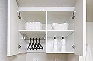 洗濯機置場の上部には、洗濯に必要な小物類、洗濯洗剤などの収納に便利な吊戸棚を設置しました。