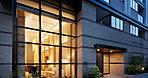 建物の前に立ったとき、まず印象的なのが大きなガラス面の向こうに見える2層吹き抜けのラウンジ。そこにある優美な設えや煌めきのある雰囲気は、この住まいにあるドラマチックな日々を想わせる。外観は、縦のラインを強調したスマートなデザイン。