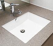 洗面カウンターはお手入れのしやすい人工大理石を使用し、スタイリッシュなスクエア陶器ボウルを採用しました。