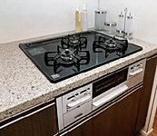 軽い汚れはサッとひと拭きするだけのお手入れ簡単なガラストップ。グリルは水無しで両面同時に焼けるので調理時間も短縮できます。