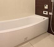 ヘッドレスト部分を高くして首当たりを気持ちよく跨ぎこみ部分は低くして、入りやすさに配慮。美しいカーブと全身を包み込むような入浴感が特徴です。