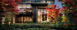 敷地の南側、六甲山系の緑を暮らしに橋渡しするように創り込んだプライベートガーデン。暮らしの中で季節のうつり変わりを感じられるその空間は、エントランスホールと一体となって広がり、清々しい空気や心に癒やしを与えてくれます。