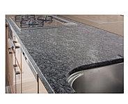 カウンタートップは高級感溢れる天然石仕上げを採用しました。インテリア性にも配慮した美しいキッチンです。