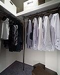 洋服を機能的に収納できるハンガーパイプのほか、帽子やバッグを置ける枕棚も設置。スーツケース等も置けます。