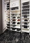 収納力のあるシューズボックスを設置。小物をかけるフックや傘立スペースもあります。また、棚板を外せば、ベビーカーも置くことができます。