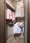 洋服を機能的に収納できるハンガーパイプのほか、帽子やバッグを置ける枕棚も設置。スーツケース等、大きな荷物も収納できます。
