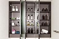 三面鏡の裏には、洗面用具や化粧品を収納できるキャビネットを装備。カウンターの上もすっきり片付きます。