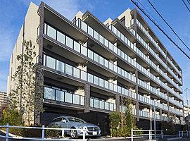 """品格と潤いの街並を描き出す「クレヴィア調布国領RESIDENCE」の邸宅意匠。3棟構成、全163邸のスケール感を""""ひとつの都市""""として表現するため、棟間をつなぐ回廊「ゲートブリッジ」を創造。"""