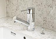 洗面ボウルの掃除をしやすくするため、洗面ボウルの隅々にまで水を流せる、ヘッド引き出し式のシングルレバー水栓を採用しました。