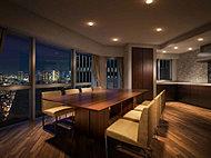 広々としたダイニングスペースとキッチンを持つゲストルーム。多人数が集まるパーティー空間としても利用できます。