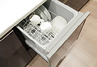 食器が出し入れしやすいスライドオープン式。手洗いに比べて節水効果も高く、食後の水仕事を軽減することができます。