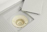 滑らかなすり鉢状のヘアキャッチャー。シャワーの排水がヘアキャッチャーのゴミをまとめるので、捨てやすくなります。