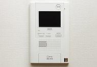 住戸内のインターホン親機から、エントランスで画像と音声、玄関前では音声で来訪者を確認。録音機能も備えています。※録音機能のみとなります。