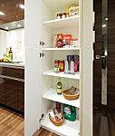 調理器具や、ストック食材などをしまっておくのに便利な「キッチン物入」
