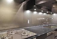 お料理による油汚れなどもサッとひと拭きできるキッチンパネルはステンレス仕上げ。熱に強く、摩擦にも強い素材です。