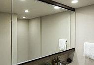 三面鏡の上下に框を設け、上質な空間を演出。鏡裏に小物をすっきりと収納できます。