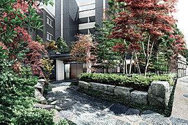 三方接道の角地という開放感ある敷地に、この場所に長く聳える楠の大樹をシンボルとして、邸内に豊かな自然を創景します。