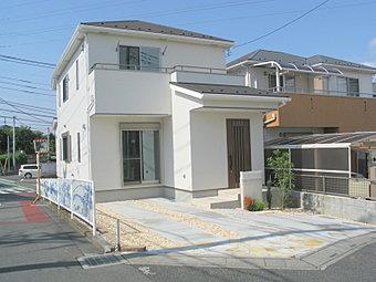外観 閑静な住宅街に建つモダンな建物。3方向道路に接していてどのお部屋も明るいです!