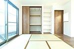 LDKに接した和室は広がりを感じます。 3枚引戸の押入れは布団の出し入れがとっても楽に出来ますよ。