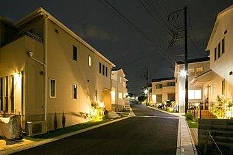 自動点灯型照明で夜でもあかる街並みを実現しました。