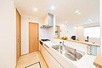 キッチンから洗面浴室へつながる家事導線をまとめたプラン