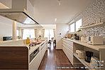 [2号地 内観]平成27年6月撮影 ※写真内の家具は価格に含まれますが、家電・調度品は価格に含まれません。