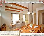 [2号地 内観写真]平成28年5月撮影 ※写真内の家具は販売価格に含まれますが、調度品は販売価格に含まれません。
