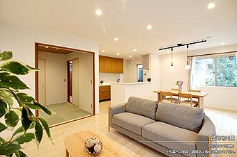[2号地 内観]平成28年4月撮影 ※写真内の家具・調度品は価格に含まれません。