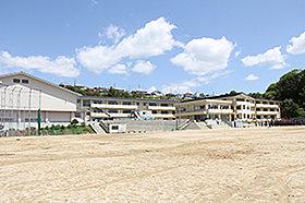 ・ 泉中学校(約3,270m:徒歩41分)