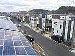 屋根の太陽光発電システムが映える街並み。前面道路も6mと広いので、お子様も安心、車の通行もスムーズ。