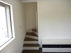 リビング階段。すぐに曲がるので2階のプライバシーは確保。