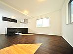 フルフラットタイプのキッチンを採用しているため、開放感があり、空間の広がりを演出します