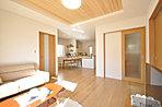 LDKは開放的なワンルーム設計。キッチンからは全てが見渡せ、家事をしながらお子様の様子を見守れます。(当社施工例)