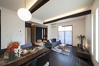 3号モデルハウス。LDKの化粧梁上部に照明を設置し、上質な空間を演出。