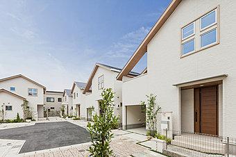 「美しの街」を表現する白亜の邸宅。おおたかの森の澄み渡る青い空と、20種類以上の豊かな植栽計画との美しいコントラストが住まう家族の生活を潤します。