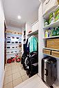 ウォークスルークローク&パントリー。たっぷりと収納できるのはもちろんの事、奥様に嬉しい家事導線を考慮した設計。お米やお水などの重たい食料品を運び込む際もらくらくです。