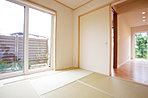 1階のすべての掃き出し窓は電動シャッターを採用し、日々の生活の質を向上。特に南に面するLDの2箇所はスリットタイプで日射や視線の調整もしながら通風が可能です。(11号地モデルハウス)
