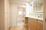 朝の忙しい時などに嬉しい、贅沢なダブルボウル洗面台。収納はミラー裏とさらに両サイドにもトール収納と充実させました。(11号地モデルハウス)