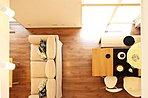 L型のキッチンは使い勝手はもちろん、リビングから一部は隠れるようなつくりになっています。配膳台や収納、そして水回りへの動線など、毎日の家事ができるだけ負担とならないように計画しました。 78-53号地