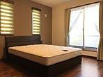 【7号棟 室内写真】 主寝室にダブルベットを設置しました。