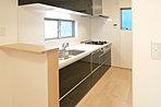 C街区1号棟、2階洋室室内写真!床はブラックチェリー色、建具はハードメープル色を採用!