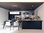 キッチンは家具のような美しさを備え、開放感のある対面式でくつろぐ家族との対話を楽しみながらのキッチンワークがこなせます(14号棟モデルハウス/平成28年9月撮影)