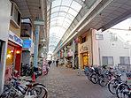 現地近くにあるレアールつくの商店街は約400mのアーケード商店街となっており、スーパーや飲食店など多彩な商業施設が約60~70店舗入っています。