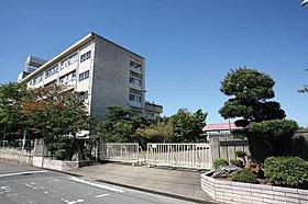 草加市立川柳中学校まで徒歩5分(390m)