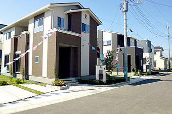 <分譲地街並み> 61坪超敷地は気になる隣家との距離もしっかり確保 また全棟、オール電化・カップボード・LED照明・インナーバルコニー標準装備 快適さや心地よさを意味する「コンフォート東小保方第1期」