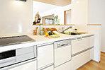 <キッチン/施工例> お手入れ簡単のIHクッキングヒーター 炎を使わず高出力からトロ火まで対応 食洗機・浄水器など機能性に優れたシステムキッチンを全棟に採用