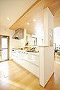 <当社施工例> 採光+風通しを考慮した明るいキッチン 「食洗機・浄水器・オールスライド収納」など機能性に優れたシステムキッチンを全棟に採用しています ※パントリー標準装備
