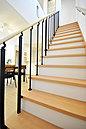 <オープン階段/施工例>リビングから2階へ通じる階段はスタイリッシュなオープンタイプ 「ただいま」「おかえりなさい」がいつでも届く優しい設計 お子様の元気な声が響きわたりそうです